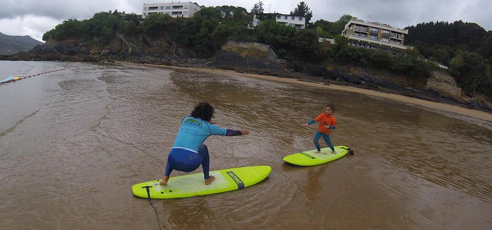 Teaching surfing in Mundaka Gudari Caribe