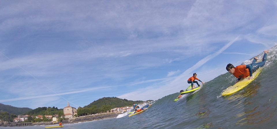Surfing fun in Mundaka Gudari Caribe