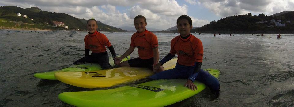Fraternidad en alumnos de surfing en Mundaka